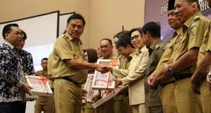 Gubernur Olly Dondokambey SE saat menyerahkan DIPA, Dana Transfer dan Dana Desa TA 2020 kepada para Bupati dan Walikota se-Sulut
