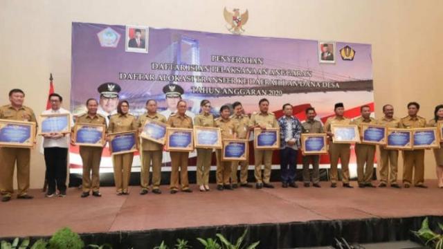 Penyerahan penghargaan dari Kemenkeu RI kepada Gubernur, Bupati dan Walikota