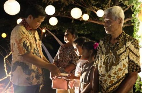 Wakil Gubernur Sulut Drs Steven OE Kandouw menyerahkan Talikasih Natal pada Jemaat di SITARO, Selasa (03/12/2019).
