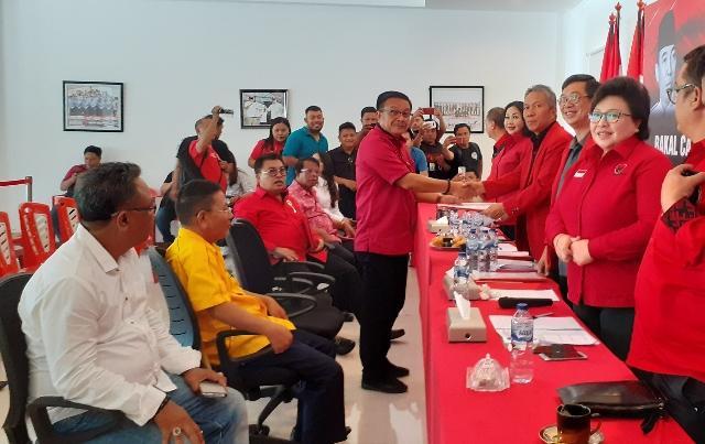 Maurits Mantiri saat menerima Formulir Bakal Calon Walikota Bitung