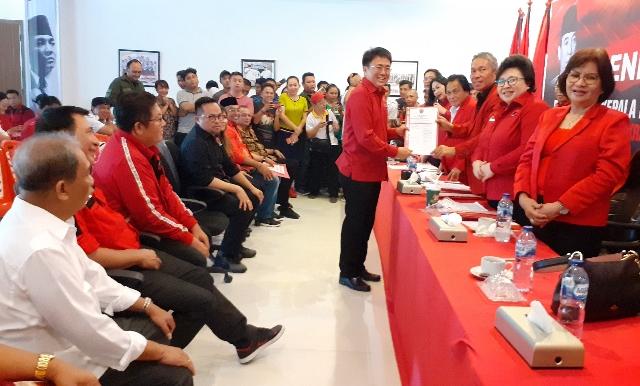 Andrei Angouw, saat menerima Formulir Bakal Calon Walikota Manado
