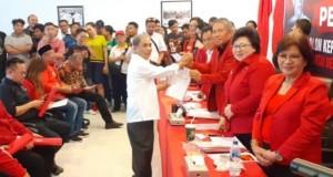 Hi Abubakar Idrus menerima Formulir Bakal Calon Walikota/Wakil Walikota  Manado dari Tim Penjaringan DPD PDI Perjuangan Sulut Frangky Wongkar SH yang juga Sekretaris DPD PDI Perjuangan Sulut, Sabtu (07/12/2019)