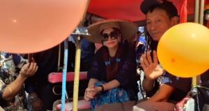 Vonnie Anneke Panambunan (VAP) mengendarai Bendi saat datang mendaftar sebagai Bakal Calon Gubernur Sulut di Kantor Partai Nasdem Sulut, Senin (09/12/2019) pagi.