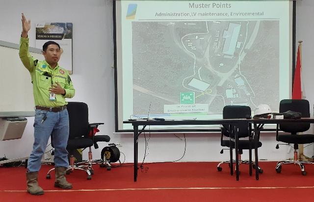 Roddy Tarore saat memaparkan informasi terkait perusahaan tambang dan keselamatan di area tambang bagi karyawan dan pengunjung