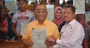 Gubernur Gorontalo Rusli Habibie bersama Kakanwil ATR/BPN Provinsi Gorontalo Wartomo, A.Ptnh,S.H,M.H saat pembagian Sertipikat Tanah untuk Rakyat Gorontalo.