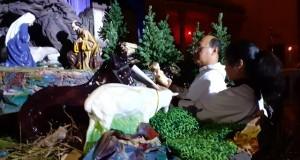 Pastor Damianus Yangko Alo Pr, Pastor Paroki St Ignatius Manado saat berdoa dan memberkati Kandang Natal pada Upacara Malam Natal, Selasa (24/12/2019) malam.