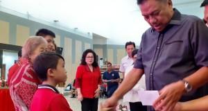 Gubernur Olly Dondokambey SE menyerahkan bantuan diakonia Natal pada anak Panti Asuhan, Panti Jompo dan warga Disabilitas