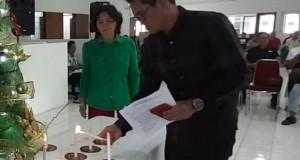 JOUNE GANDA SE, Ketua Umum Pengprov GABSI Sulut saat menyalakan Lilin Natal, Senin (30/12/2019)