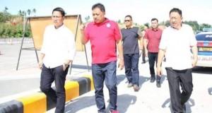 Gubernur Olly Dondokambey SE saat meninjau Jalan Tol Manado - Bitung, Selasa (24/12/2019) pagi.
