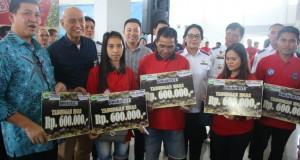Wakil Gubernur Sulut Drs Steven OE Kandouw bersama warga kepulauan di kegiatan Mudik Gratis hasil kerjasama Pemprov Sulut dan BUMN, Jumat (20/12/2019)