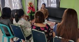 Empat Perempuan Korban Trafficking asal Manado yang digagalkan keberangkatan mereka ke Sorong, mendapat nasehat dari Ibu Mieke Pangkong, Kadis PPPA Daerah Provinsi Sulut