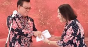JENDRY SUALANG SPD MAP, Kadis Kebudayaan Daerah Provinsi Sulut saat menyerahkan TKD miliknya untuk dibagikan kepada ASN dan THL lingkup instansi yang dipimpinnya, Kamis (23/01/2020) pagi.