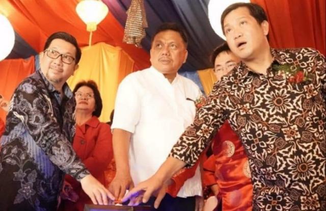 ODSK didampingi Wakil Walikota Manado dan Ketua DPRD Sulut menekan tombol sebagai tanda menyambut Tahun Baru Imlek 2571, Jumat (24/01/2020) malam