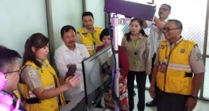 Menteri Kesehatan RI dr Terawan saat mengecek kesiapsiagaan aparat dan peralatan di Bandara Internasional Sam Ratulangi Manado, Minggu (26/01/2020)
