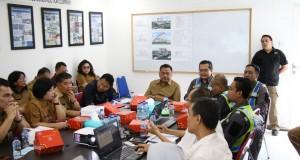 Gubernur Olly Dondokambey SE saat mendengarkan pemaparan progres pembangunan RSUD Provinsi Sulut