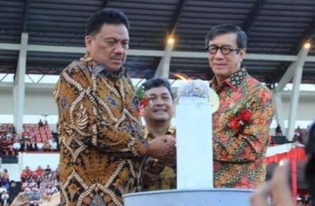 Menteri KUMHAM RI Yasonna Laoly dan Gubernur Olly Dondokambey SE saat menyalakan Lilin pada Perayaan Paskah Nasional yang dipusatkan di Minahasa lalu