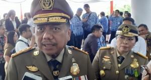 Gubernur Olly Dondokambey SE didampingi Kadis Nakertrans Sulut Ir Erny Tumundo MSi saat memberikan keterangan kepada wartawan, Senin (17/02/2020)