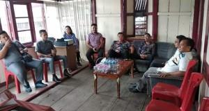 AKRAB: Suasana akrab dan santai tampak saat kunjungan supervisi Komisioner Bawaslu Minut ke Panwaslu Kecamatan Airmadidi.