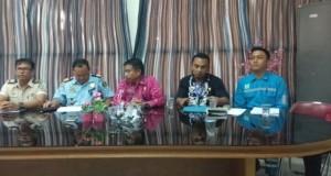 Petugas Kantor Imigrasi Kelas II Kotamobagu, Dinas Kesehatan Bolmong, Disnaker, saat sambagi  PT CONHS