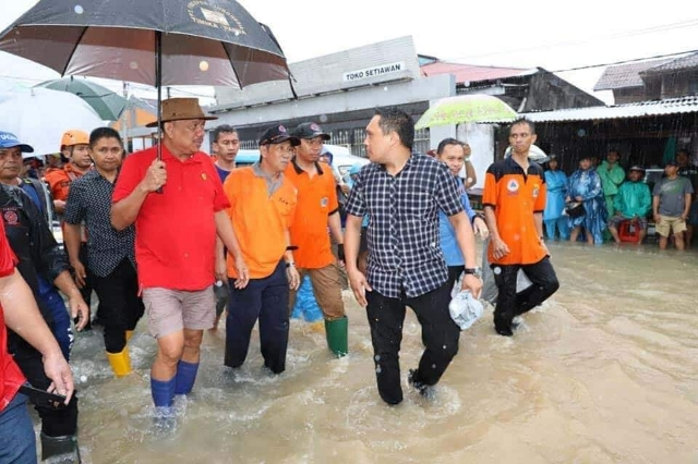 Perhatian besar Gubernur Olly Dondokambey SE terhadap korban banjir sehingga langsung turun dan menemui para korban banjir Mahawu