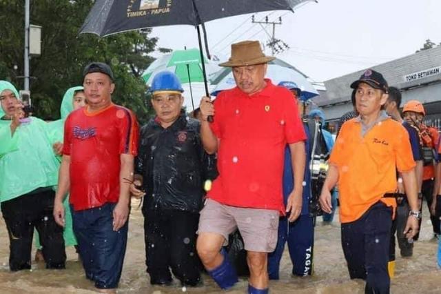 Gubernur Sulut Olly Dondokambey SE didampingi Kepala BPBD Provinsi Sulut saat turun ke lokasi banjir di Kelurahan Mahawu Kota Manado waktu lalu