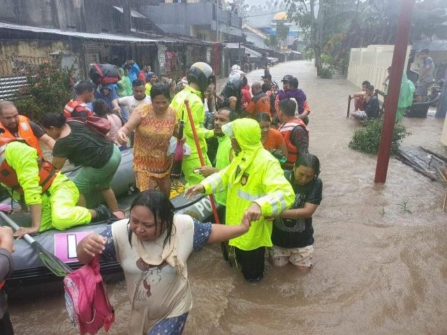 Warga korban banjir dievakuasi ke tempat yang aman oleh petugas