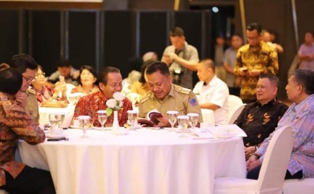 Gubernur Olly Dondokambey SE berbincang ringan dengan Gubernur Sulawesi Tengah di sela-sela kegiatan