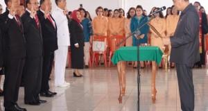 Bupati Minahasa Dr Ir Royke O Roring MSi IPU melantik dan mengambil sumpah Pejabat di lingkup Pemkab Minahasa, Jumat (13/03/2020) pagi
