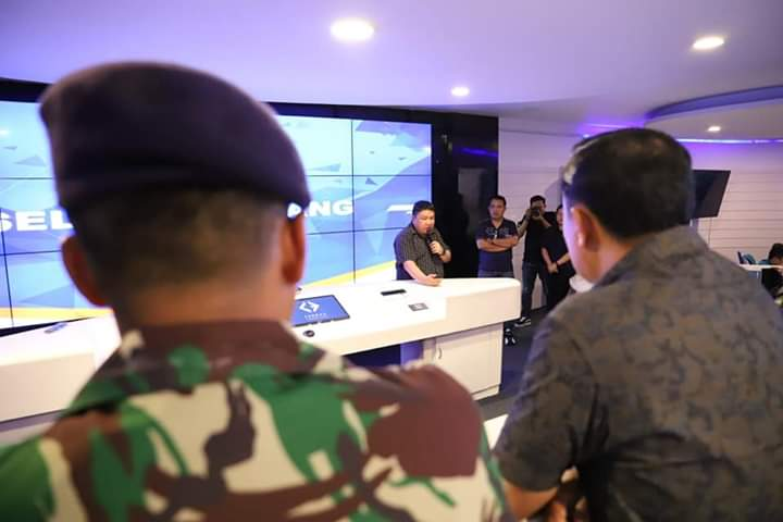 Kadis Kominfo Kota Manado Erwin Kontu SH saat melayani sesi tanya jawab dari Forkopimda Kabupaten Gorontalo di Ruang Cerdas Command Center Pemkot Manado
