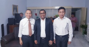 Dari kiri ke kanan : Marthen Sengkey, SE. MBA. PhD. (Rektor Unklab), Pdt. Samuel Yotam Bindosano, STh. MA. (Ketua GMAHK Uni Indonesia Timur), dan Pdt. Edison Takasanakeng (Penanggung jawab kegiatan)