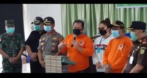 Bupati Elly Engelbert Lasut ME didampingi Anggota DPR RI Hillary Lasut dan Wakil Bupati  Mochtar Parapaga  serta Forkopimda Talaud saat memberikan keterangan kepada wartawan, Senin (23/03/2020)