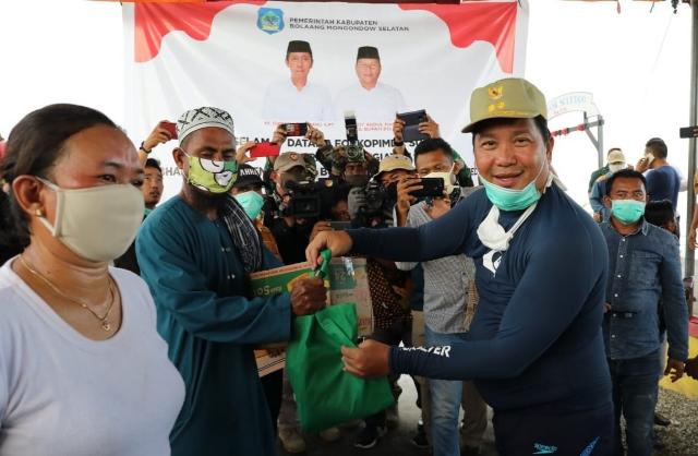 Wakil Gubernur Sulut Drs Steven OE Kandouw saat menyerahkan bantuan kepada masyarakat pesisir yang terdampak Covid-19 di Kabupaten Bolaang Mongondow Selatan