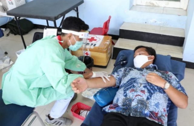 Wakil Gubernur Sulut Drs Steven OE Kandouw mendonorkan darah untuk Kemanusiaan, Kamis (23/04/2020)