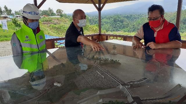 Kadis Kebudayaan Daerah Jenry Sualang SPd MAP saat melihat masterplan pembangunan waduk dan posisi lokasi Cagar Budaya Waruga Kuwil