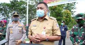 Gubernur Olly Dondokambey SE didampingi Kapolda Sulut dan Pangdam XIII/ Merdeka saat memberikan keterangan kepada wartawan, Senin (04/05/2020)