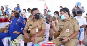 Gubernur Olly Dondokambey SE dan Wakil Gubernur Drs Steven OE Kandouw saat turun membawa bantuan paket sembako kepada masyarakat terdampak