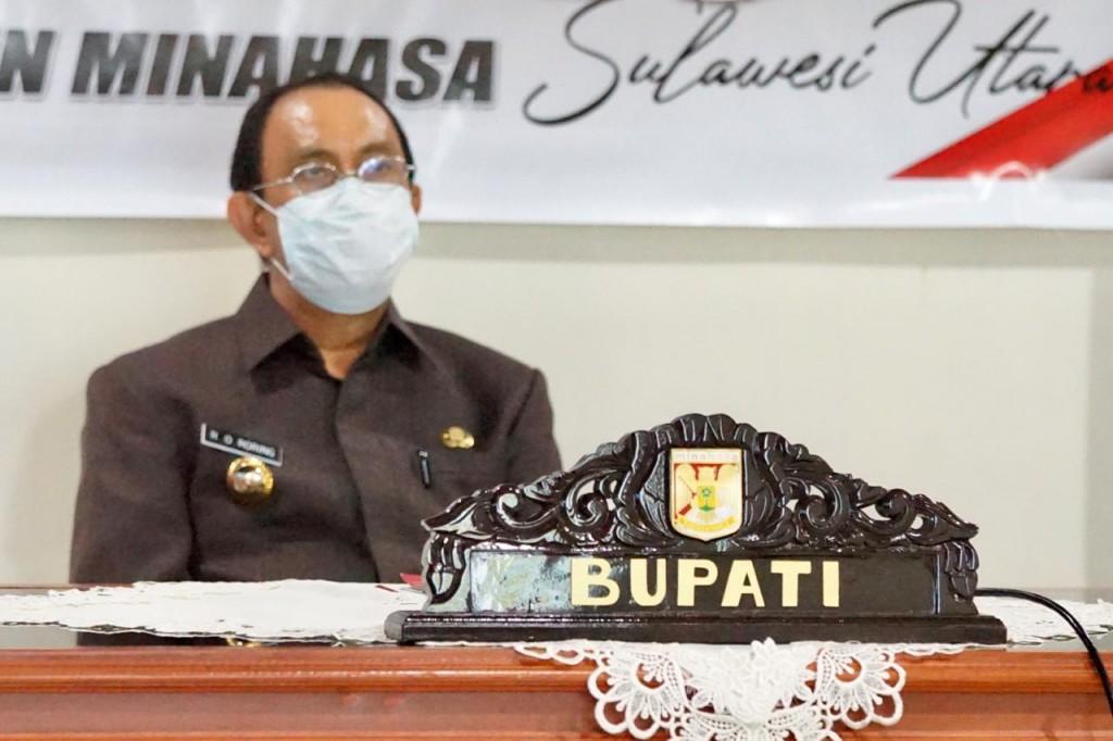 Bupati Minahasa Dr Ir Royke O Roring MSi saat mengikuti Video Conference terkait penanganan Covid-19