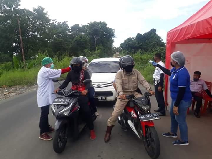 Pemeriksaan kesehatan  yang dilakukan petugas pada setiap pelintasan orang menuju wilayah Kabupaten Minahasa