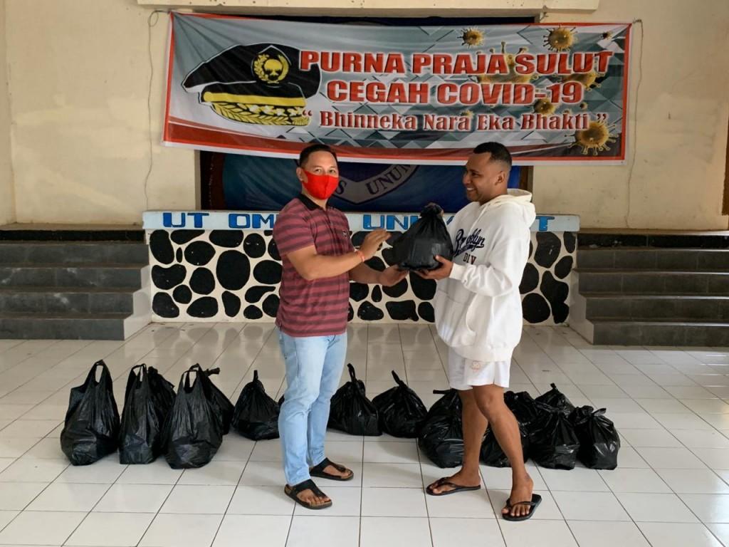 Penyerahan bantuan tali asih Purna Praja Sulut pada mahasiswa