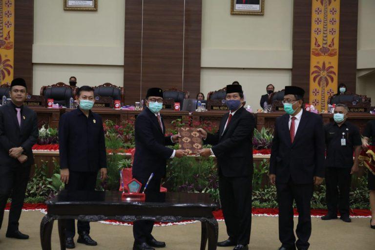 Ketua DPRD Sulut Andrei Angouw menyerahkan dokumen LHP BPK RI kepada Wakil Gubernur Sulut Drs Steven OE Kandouw saat Rapat Paripurna DPRD Sulut, Senin (11/05/2020)