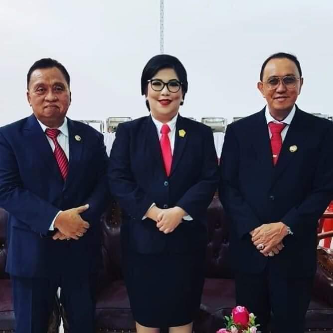 Bupati Dr Ir Royke O Roring MSi dan Wakil Bupati Dr Robby Dondokambey SSi berfoto bersama Ketua DPRD Kabupaten Minahasa