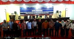 POSE: Foto bersama Pimpinan dan Anggota DPRD Boltim bersama sekertaris dewan Jossi Kawengian di ruang sidang kantor DPRD Minut.