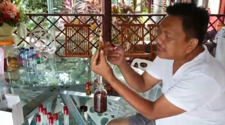 Gubernur Olly Dondokambey SE saat meracik Minyak Herbal Berbahan Dasar Cengkeh dan Fuli Pala