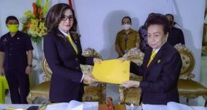 Ketua DPRD Kabupaten Minahasa Selatan Ibu Jenny Johana Tumbuan SE menyerahkan dokumen dari DPRD Minsel kepada Bupati CEP