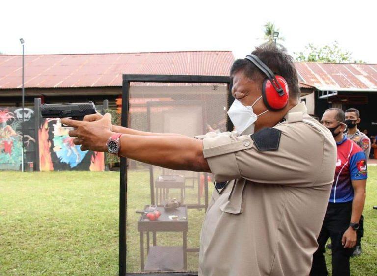 Gubernur Olly Dondokambey SE saat mengikuti lomba menembak dalam rangkaian HUT Bhayangkara, Kamis (25/06/2020)