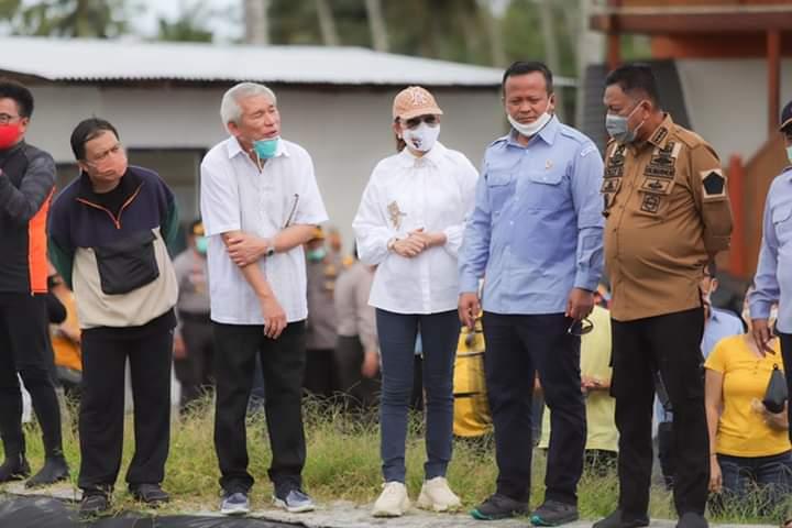 Bupati CEP dan Gubernur Olly Dondokambey SE berbincang serius dengan Menteri Edhy Prabowo terkait pengembangan tambak udang di Desa Bajo