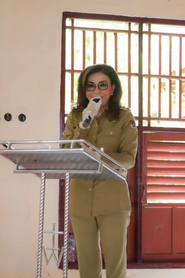 Bupati Dr Christiany Eugenia Tetty Paruntu SE saat memotivasi warga penerima bantuan