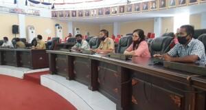 Hukum Tua Desa Tiwoho didampingi perangkat tampak memberikan keterangan dalan rapat dengar pendapat dengan komisi I DPRD Minut.
