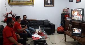 Ketua Denny Lolong tampak saat berdiskusi via Video Conference bersama sekertaris DPD Frangky Wongkar yang memimpin rapat konsolidasi dari kantor DPD PDIP Sulut.