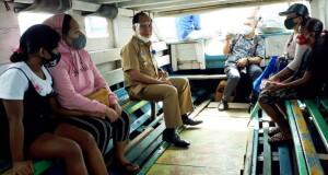 Walikota Maximiliaan Jonas Lomban saat berada dalam perahu penyeberangan, Senin (27/07/2020).